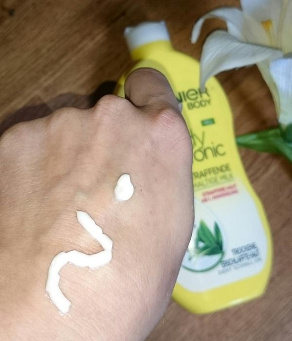 """Garnier Body Tonic-sofort straffende reichhaltige Milk, hellweiß, frisch riechend, leicht zu verteilen. Clarins Lift Fermeté: etwas dunkleres weiß und ein wenig """"härter"""" und dadurch schlechter zu verteilen."""