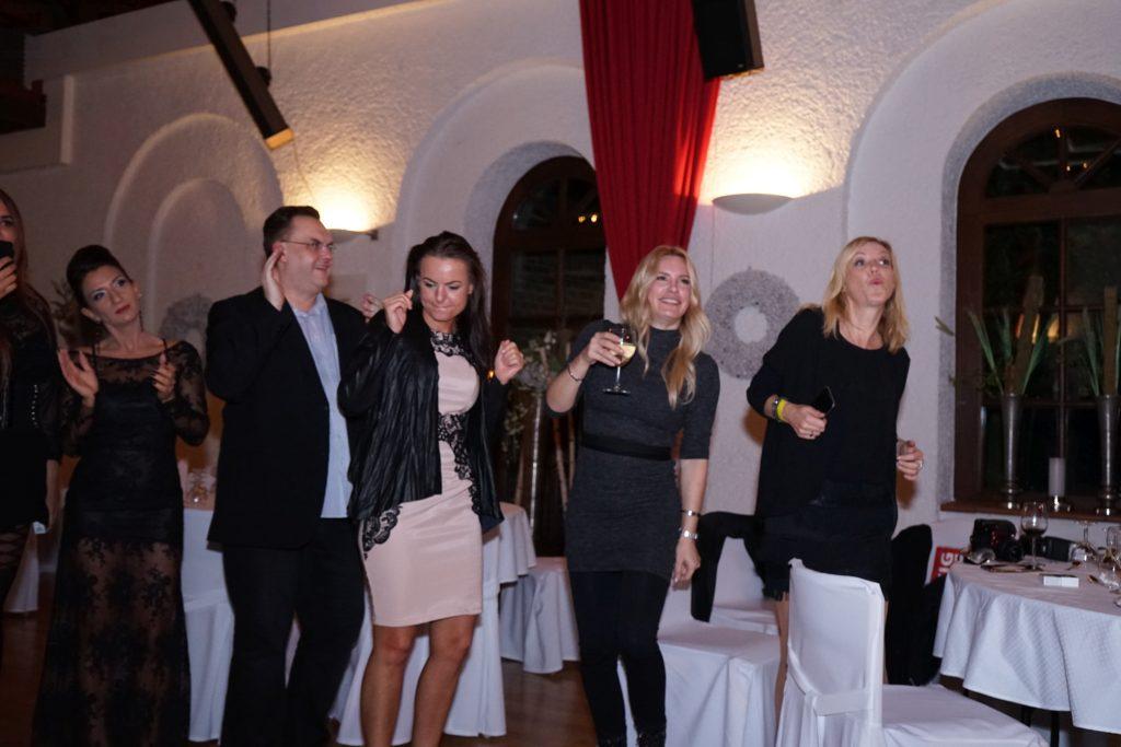 Die Gäste feiern zu der Musik von Sänger Alphonso Williams und Sängerin Riana. Von links: Torsten Kreutzer (TK Management), Innogy-Managerin Kathrin Lenard, Ich (Alexa) und eine liebe Journalistin, deren name mir gerade entfallen ist (sorry !)