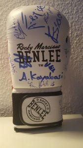 Der begehrte Boxhandschuh, den Thomas Hoffmarck für die Versteigerung mitbrachte. Foto: Claudia Ademi