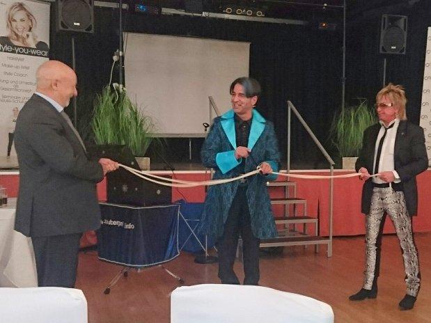 Der Magier mit seinen Assistentinnen Bert Wollersheim und Politiker Peter Koenen. Foto: Alexa Kuszlik