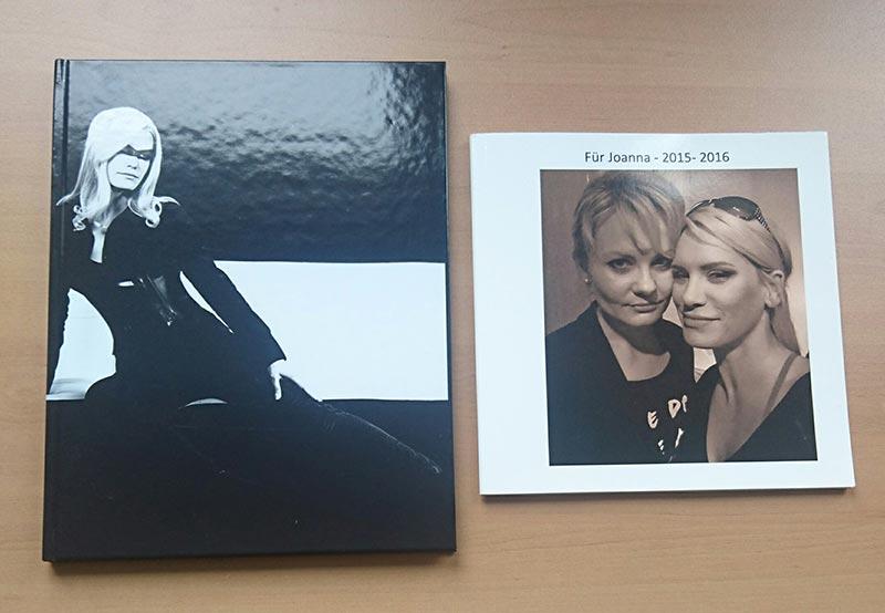 Links: Saal Digital Hardcover-Fotobuch, rechts das dm/Fotoparadies (Cewe Fotobuch) Softcover-Fotobuch